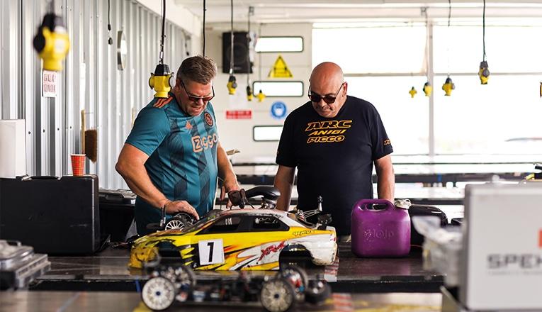 EVMC in de werkplaats werken de monteurs aan hun auto's
