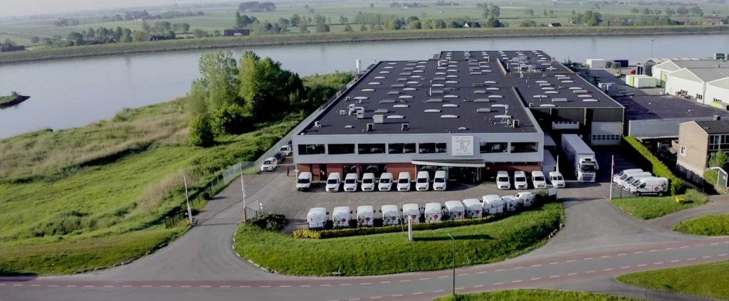 De fabriek van Koninklijke Otolift Trapliften aan de dijk
