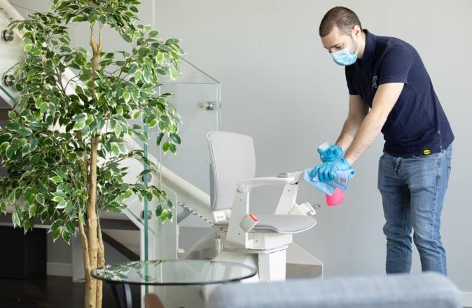 De stoel van de Otolift Modul-Air wordt schoongemaakt door een medewerker van Otolift.