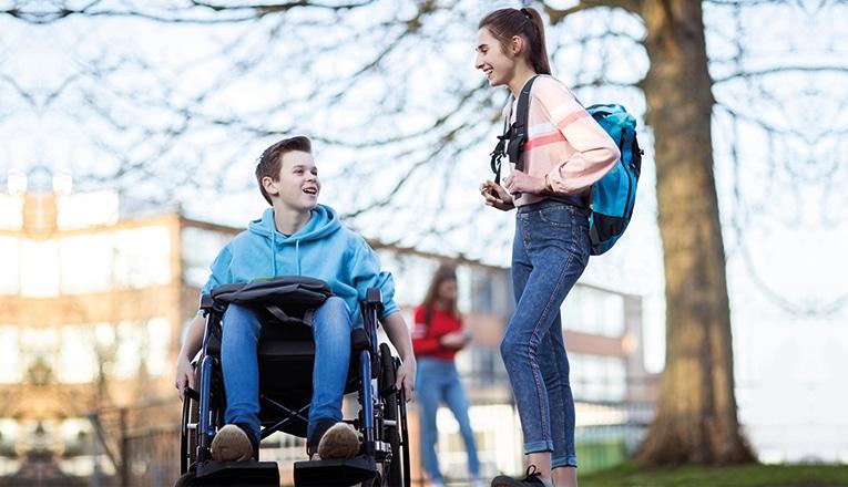 Door de ziekte van duchenne zitten zieke jongens vaak vanaf hun 10de jaar in een rolstoel.