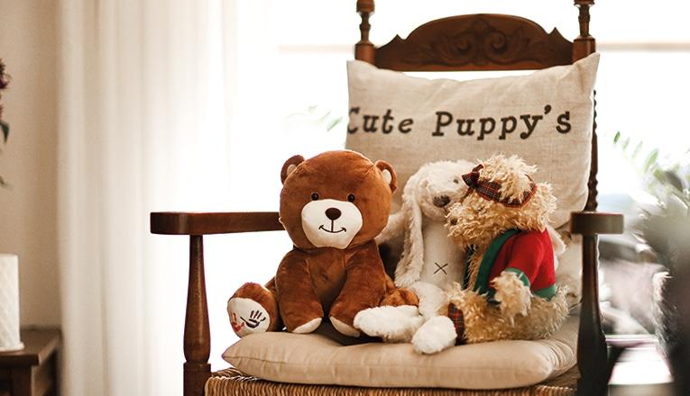 De KiKa beer van mevrouw Spijker zit op de stoel met andere knuffels