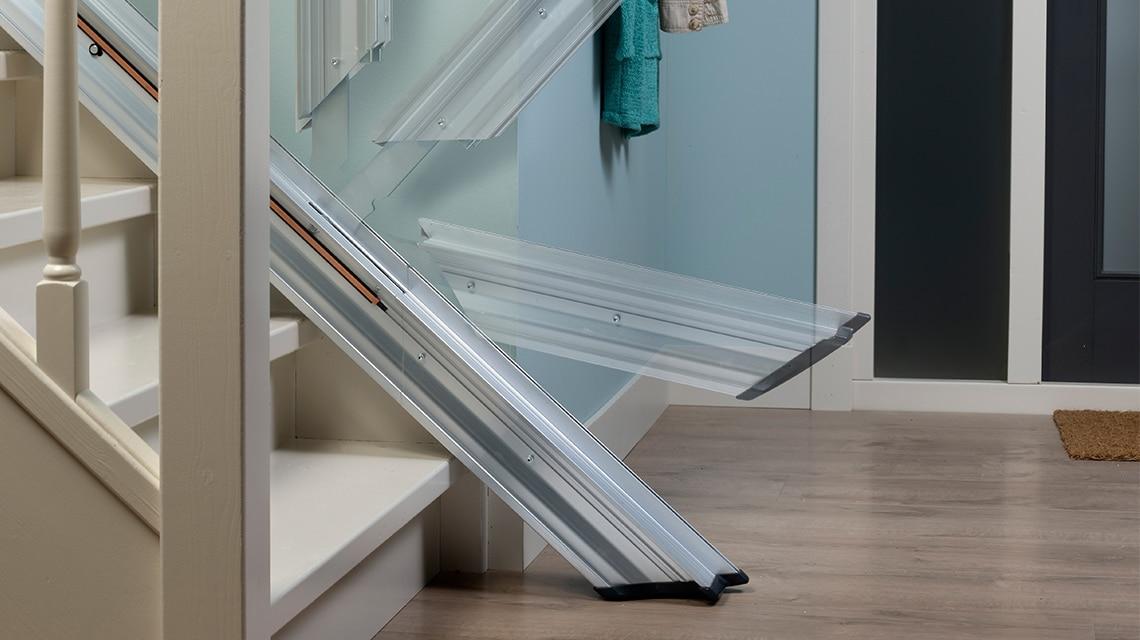 Als er onderaan de trap weinig ruimte is voor de traplift, kan de Line voorzien worden van een klaprail.