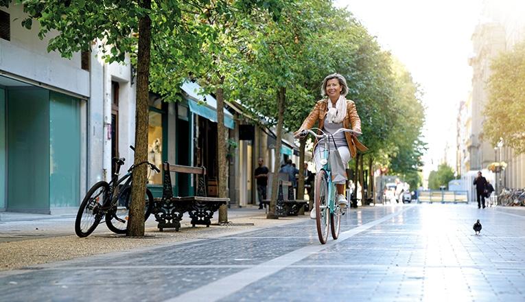 Mevrouw fiets door de stad