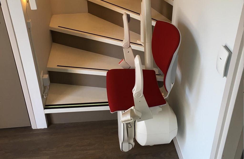 Op de trap van de Belevingswoning staat een traplift van Otolift, waarmee iedereen veilig naar boven en beneden kan.