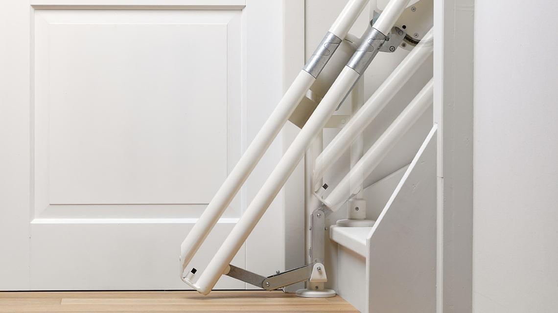 Als er onderaan de trap geen ruimte is om een traplift te plaatsen, kan de Otolift Two voorzien worden van een schuifstuk.