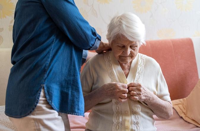 Thuiszorg voor ouderen bestaat vaak uit persoonlijke verzorging, zoals helpen met aankleden.