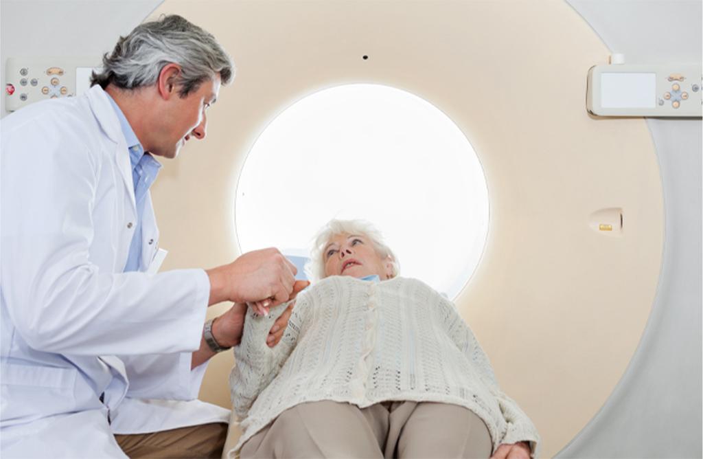 In het ziekenhuis maken artsen een CT- of MRI-scan van de hersenen om te kunnen zien wat de herseninfarct gevolgen zijn.