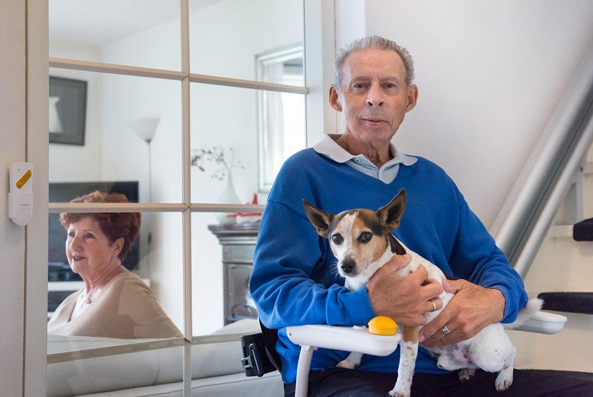 Dhr Jaspers gaat met zijn hond met de Otolift naar boven