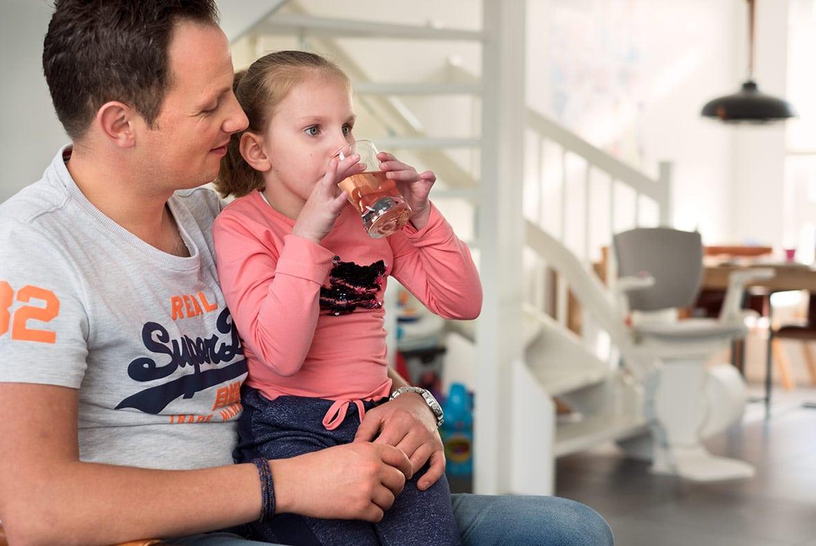 De vader van Tara vertelt over haar stofwisselingsziekte.