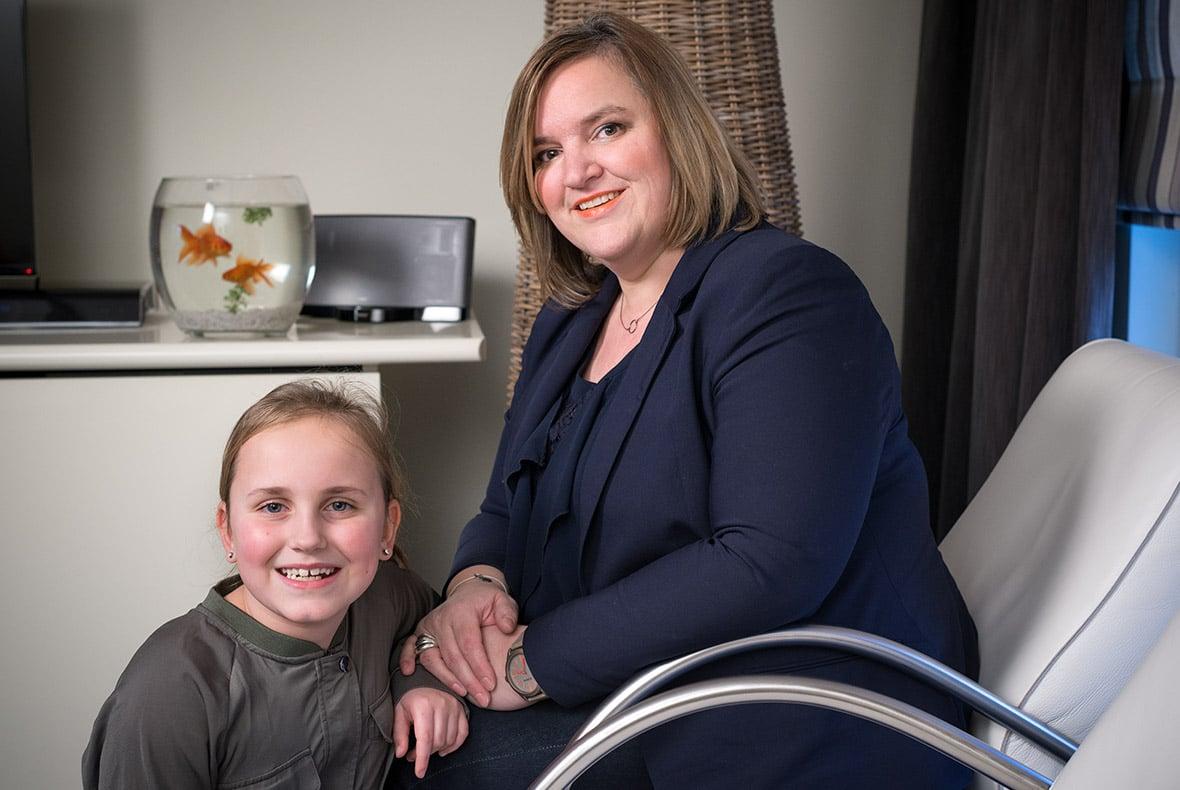 Mevrouw Herrijgers zit met haar dochter in de woonkamer