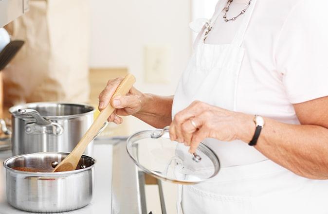 Mevrouw kan langer zelfstandig thuis blijven wonen door aanpassingen in de keuken.