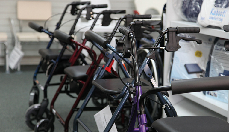 Rollators zijn hulpmiddelen voor ouderenzorg thuis en in een verpleeghuis.