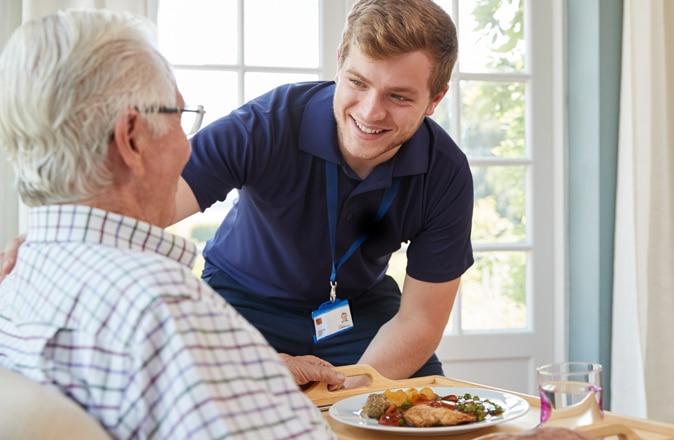 De thuisverpleging regelt zorg voor ouderen aan huis.